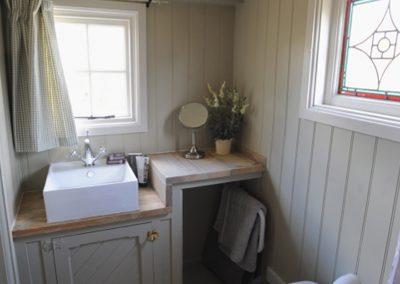 shepherd-hut-shower-room-2